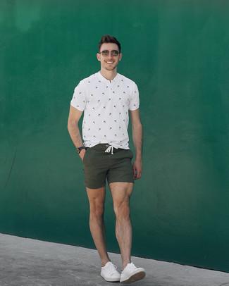 Как и с чем носить: белая футболка на пуговицах с принтом, оливковые шорты, белые кожаные низкие кеды, коричневые солнцезащитные очки