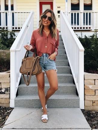 Как и с чем носить: красная футболка на пуговицах, синие джинсовые шорты, белые кожаные сандалии на плоской подошве, коричневая кожаная сумка-саквояж