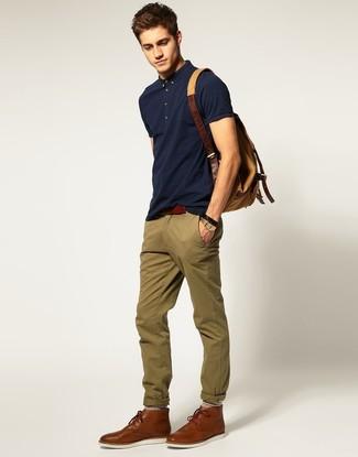 Тандем темно-синей футболки-поло и оливковых брюк чинос позволит выглядеть стильно, а также подчеркнуть твой личный стиль. Не прочь сделать лук немного элегантнее? Тогда в качестве дополнения к этому луку, стоит обратить внимание на коричневые кожаные ботинки дезерты.