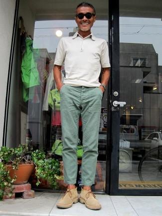 Как и с чем носить: белая футболка-поло, мятные брюки чинос, светло-коричневые замшевые ботинки челси, черные солнцезащитные очки