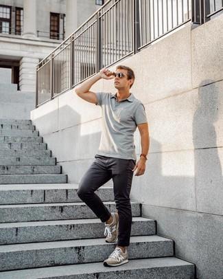 Как и с чем носить: серая футболка-поло, темно-серые брюки чинос, коричневые замшевые кроссовки, темно-коричневые солнцезащитные очки