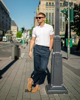 Как и с чем носить: белая футболка-поло, темно-синие брюки чинос в вертикальную полоску, светло-коричневые замшевые лоферы с кисточками, темно-коричневые солнцезащитные очки