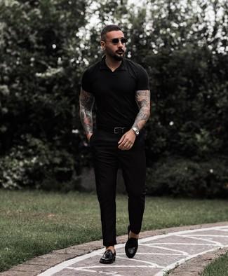 Как и с чем носить: черная футболка-поло, черные брюки чинос, черные кожаные лоферы с кисточками, черный кожаный ремень