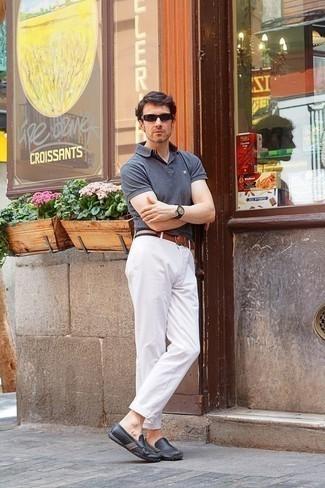 Темно-коричневые солнцезащитные очки: с чем носить и как сочетать мужчине: Серая футболка-поло и темно-коричневые солнцезащитные очки позволят создать легкий и комфортный лук для выходного дня в парке или вечера в пабе с друзьями. Теперь почему бы не привнести в этот ансамбль на каждый день чуточку стильной строгости с помощью темно-серых кожаных мокасин?