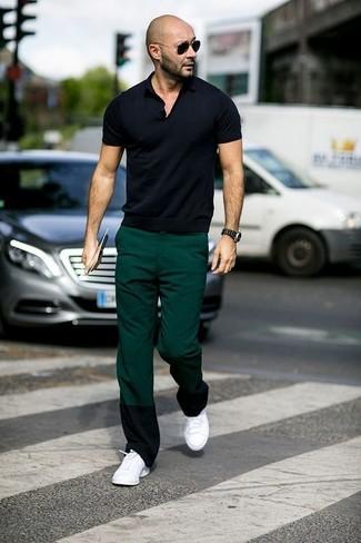 Как и с чем носить: черная футболка-поло, темно-зеленые брюки чинос, белые низкие кеды, черные солнцезащитные очки
