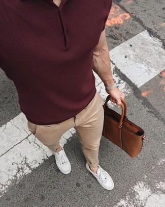 Как и с чем носить: темно-красная футболка-поло, бежевые брюки чинос, белые низкие кеды, коричневый кожаный портфель