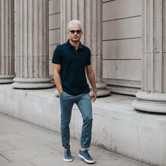 Как и с чем носить: черная футболка-поло, синие брюки чинос, синие замшевые низкие кеды, черные солнцезащитные очки
