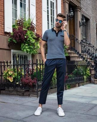 Как и с чем носить: темно-синяя футболка-поло, темно-синие брюки чинос, белые низкие кеды, синие солнцезащитные очки