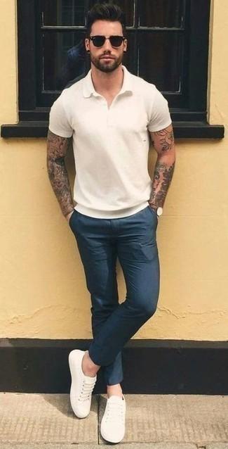 Коричневые кожаные часы: с чем носить и как сочетать мужчине: Белая футболка-поло и коричневые кожаные часы — замечательная формула для воплощения модного и незамысловатого лука. Любители свежих идей могут завершить образ белыми низкими кедами, тем самым добавив в него немного классики.