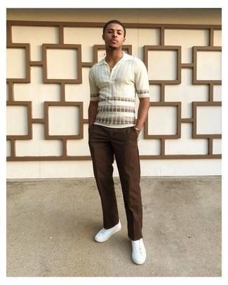 С чем носить коричневые брюки чинос: Белая футболка-поло в горизонтальную полоску в сочетании с коричневыми брюками чинос вне всякого сомнения будет привлекать внимание красивых барышень. Вкупе с этим ансамблем органично будут смотреться белые низкие кеды из плотной ткани.