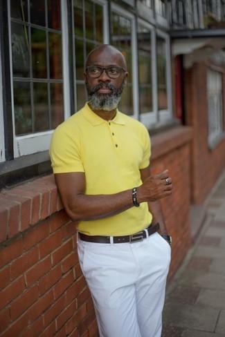 Как и с чем носить: желтая футболка-поло, белые брюки чинос, темно-коричневый кожаный ремень, черные кожаные часы