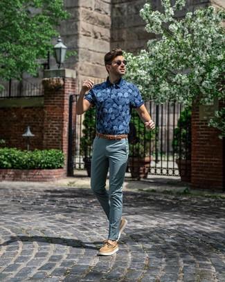 Как и с чем носить: темно-синяя футболка-поло с принтом, темно-бирюзовые брюки чинос, светло-коричневые кожаные топсайдеры, коричневый кожаный плетеный ремень