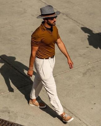 Как и с чем носить: табачная футболка-поло, белые льняные брюки чинос, светло-коричневые кожаные топсайдеры, черная бандана