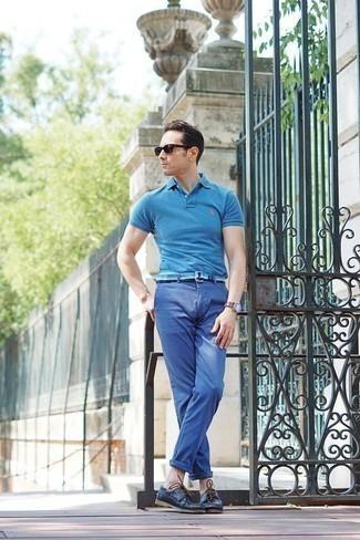 Модные мужские луки 2020 фото: Несмотря на то, что это достаточно не сложный ансамбль, тандем бирюзовой футболки-поло и синих брюк чинос неизменно нравится стильным мужчинам, неизбежно покоряя при этом дамские сердца. Пара темно-синих кожаных топсайдеров легко интегрируется в этот ансамбль.