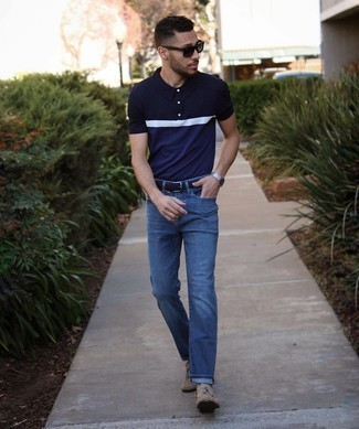 Мужские луки: Темно-сине-белая футболка-поло и темно-синие джинсы прочно закрепились в гардеробе современных парней, помогая создавать незабываемые и стильные луки. Если тебе нравится смешивать в своих луках разные стили, из обуви можешь надеть светло-коричневые замшевые лоферы с кисточками.