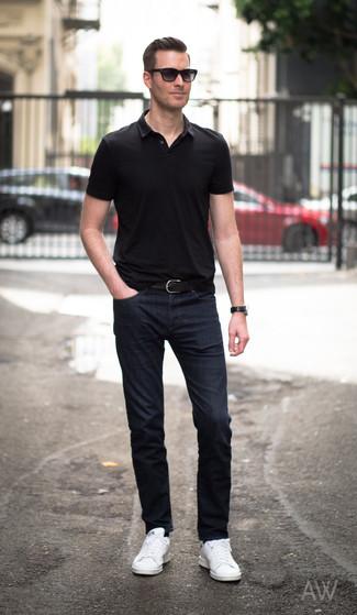 Стильное сочетание черной футболки-поло и темно-синих джинсов поможет выразить твою индивидуальность и выделиться из толпы. Белые кожаные низкие кеды отлично впишутся в образ.