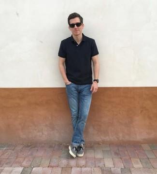 Как и с чем носить: черная футболка-поло, синие джинсы, серые низкие кеды из плотной ткани, черные солнцезащитные очки