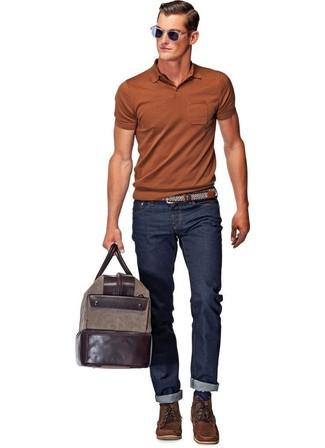 Как и с чем носить: табачная футболка-поло, темно-синие джинсы, темно-коричневые кожаные повседневные ботинки, темно-коричневая кожаная дорожная сумка