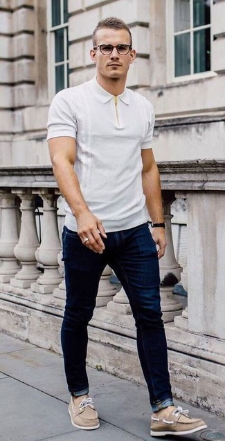 С чем носить темно-синие джинсы мужчине: Белая футболка-поло и темно-синие джинсы — беспроигрышный ансамбль, если ты ищешь расслабленный, но в то же время модный мужской ансамбль. Светло-коричневые топсайдеры из плотной ткани — великолепный вариант, чтобы закончить образ.
