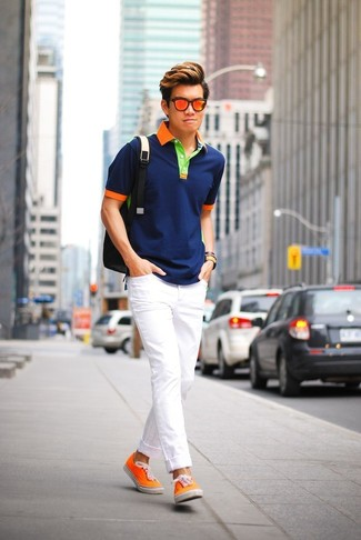 Как и с чем носить: темно-синяя футболка-поло, белые зауженные джинсы, оранжевые низкие кеды из плотной ткани, черный рюкзак