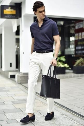 Темно-синие замшевые лоферы с кисточками: с чем носить и как сочетать: Темно-синяя футболка-поло и белые классические брюки — беспроигрышный выбор для повседневного офисного образа. Толику стильной строгости и мужественности ансамблю добавит пара темно-синих замшевых лоферов с кисточками.