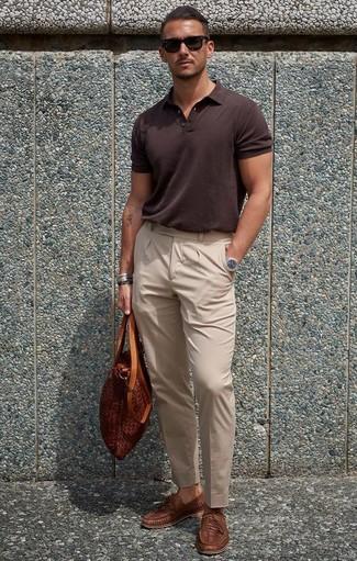Как и с чем носить: темно-коричневая футболка-поло, бежевые классические брюки, коричневые кожаные плетеные лоферы, табачная кожаная большая сумка