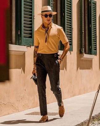 Как и с чем носить: светло-коричневая футболка-поло, темно-серые классические брюки, светло-коричневые кожаные лоферы, бежевая бандана