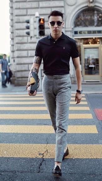 Черные кожаные лоферы: с чем носить и как сочетать мужчине: Если ты принадлежишь к той немногочисленной категории молодых людей, способных ориентироваться в том, что стильно, а что нет, тебе подойдет тандем черной футболки-поло и серых шерстяных классических брюк. Любители необычных луков могут завершить ансамбль черными кожаными лоферами, тем самым добавив в него чуточку строгости.