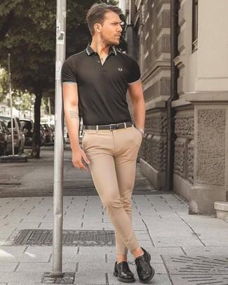 Как и с чем носить: черная футболка-поло, бежевые классические брюки, черные кожаные туфли дерби, черный кожаный ремень