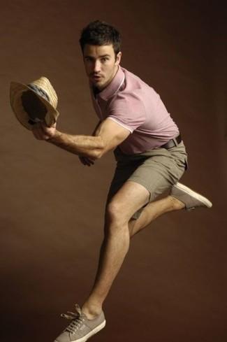 Как и с чем носить: розовая футболка-поло, коричневые шорты, коричневые низкие кеды из плотной ткани, светло-коричневая соломенная шляпа