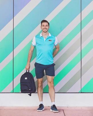 Как и с чем носить: бирюзовая футболка-поло, темно-синие шорты, темно-синие низкие кеды, темно-синий рюкзак из плотной ткани