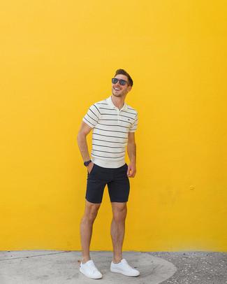Как и с чем носить: бело-черная футболка-поло в горизонтальную полоску, черные шорты, белые кожаные низкие кеды, коричневые солнцезащитные очки