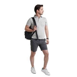 Как и с чем носить: серая футболка-поло, темно-серые шорты, белые кожаные низкие кеды, черный кожаный рюкзак