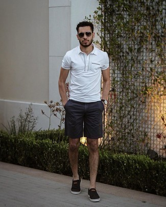 Мужские луки: Белая футболка-поло и темно-синие шорты — must have вещи в арсенале современного джентльмена. Вместе с этим ансамблем великолепно смотрятся черные слипоны из плотной ткани.