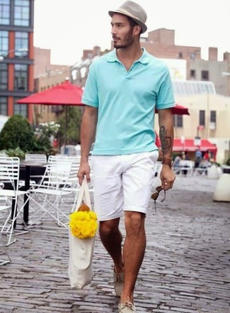 Как и с чем носить: мятная футболка-поло, белые шорты, бежевые кожаные топсайдеры, серая шляпа