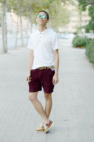 Как и с чем носить: белая футболка-поло, темно-красные шорты, желтые кожаные топсайдеры, коричневый кожаный ремень с принтом