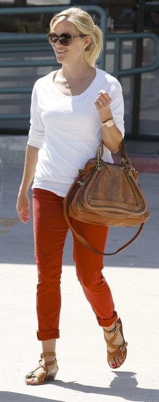 Как и с чем носить: белая футболка с длинным рукавом, красные брюки чинос, коричневые кожаные гладиаторы, коричневая кожаная сумка-саквояж