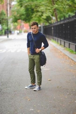 Как и с чем носить: темно-синяя футболка с длинным рукавом, оливковые брюки чинос, темно-сине-белые низкие кеды, темно-синяя сумка почтальона из плотной ткани