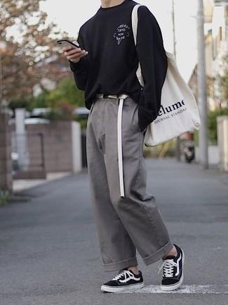С чем носить серые брюки чинос: Черная футболка с длинным рукавом с принтом и серые брюки чинос — неотъемлемые вещи в арсенале современного молодого человека. Черно-белые низкие кеды из плотной ткани станут великолепным дополнением к твоему ансамблю.