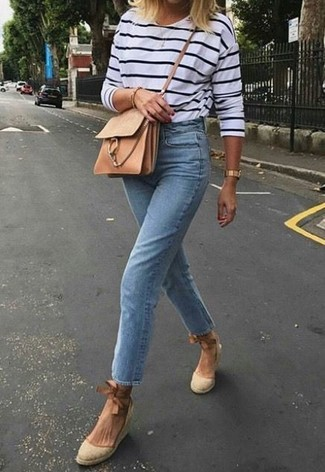 Как и с чем носить: бело-темно-синяя футболка с длинным рукавом в горизонтальную полоску, голубые джинсы, бежевые босоножки на танкетке из плотной ткани, светло-коричневая кожаная сумка через плечо
