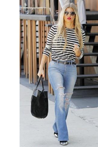 Как и с чем носить: бело-черная футболка с длинным рукавом в горизонтальную полоску, голубые рваные джинсы-клеш, серебряные кожаные ботильоны, черная бархатная большая сумка