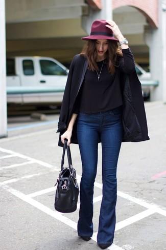 Как и с чем носить: черная футболка с длинным рукавом, темно-синие джинсы-клеш, черные замшевые туфли, черная кожаная большая сумка