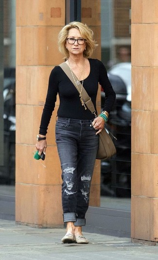 Как и с чем носить: черная футболка с длинным рукавом, темно-серые рваные джинсы, бежевые кожаные лоферы, оливковая кожаная сумка через плечо