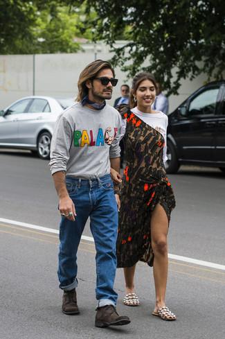 Как и с чем носить: серая футболка с длинным рукавом с принтом, синие джинсы, темно-коричневые замшевые повседневные ботинки, темно-синяя бандана
