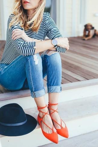 Как и с чем носить: бело-темно-синяя футболка с длинным рукавом в горизонтальную полоску, синие рваные джинсы скинни, оранжевые кожаные балетки, темно-синяя шерстяная шляпа