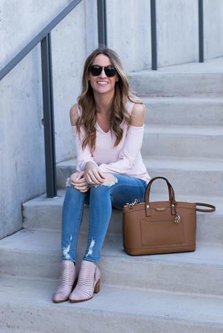 Как и с чем носить: розовая футболка с длинным рукавом, синие рваные джинсы скинни, розовые кожаные ботильоны, коричневая кожаная большая сумка