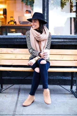Темно-синие рваные джинсы скинни: с чем носить и как сочетать: Дуэт бело-черной футболки с длинным рукавом в горизонтальную полоску и темно-синих рваных джинсов скинни - самый простой из возможных образов для активного отдыха. Пара светло-коричневых замшевых ботильонов чудесно гармонирует с остальными элементами образа.