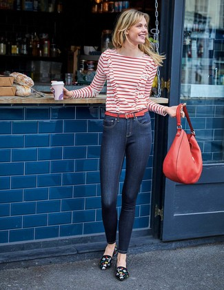Как и с чем носить: бело-красная футболка с длинным рукавом в горизонтальную полоску, темно-синие джинсы скинни, черные замшевые лоферы с вышивкой, красная кожаная большая сумка