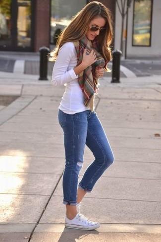 Для свидания в кино или кафе отлично подойдет сочетание белой футболки с длинным рукавом и синих рваных джинсов скинни. Если ты не боишься экспериментировать, на ноги можно надеть белые низкие кеды.