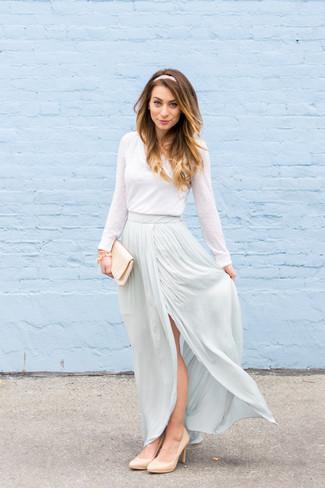 Как и с чем носить: белая футболка с длинным рукавом, голубая длинная юбка, бежевые кожаные туфли, бежевый сатиновый клатч